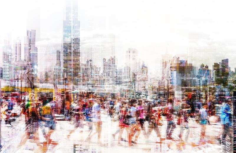 Folkmassa av anonymt folk som går på den upptagna stadsgatan - abstrakt stadslivbegrepp royaltyfri bild