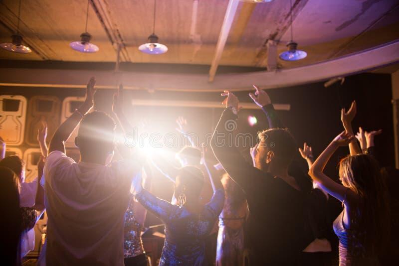 Folkmassa av dansfolk i nattklubb royaltyfri foto