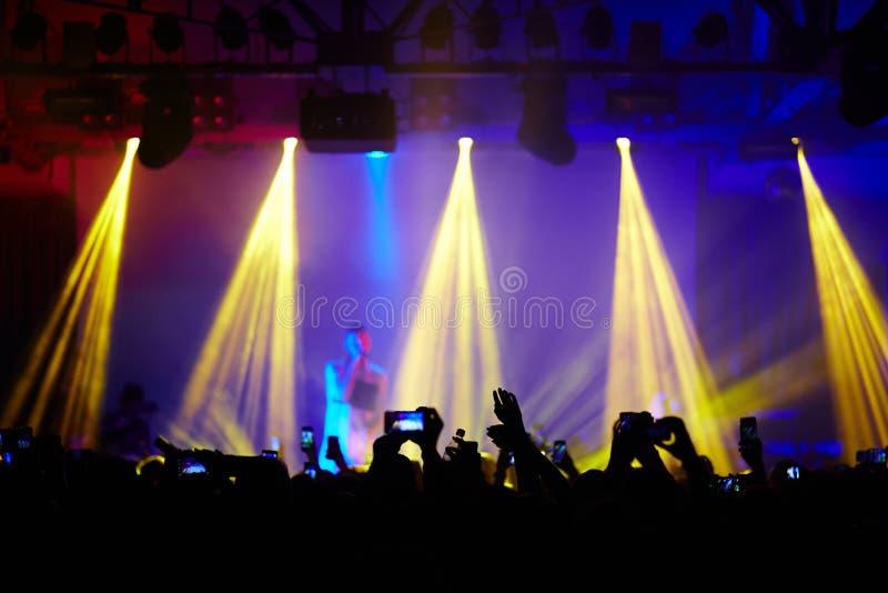 Folkmassa av fans på musikkonserten arkivfoto