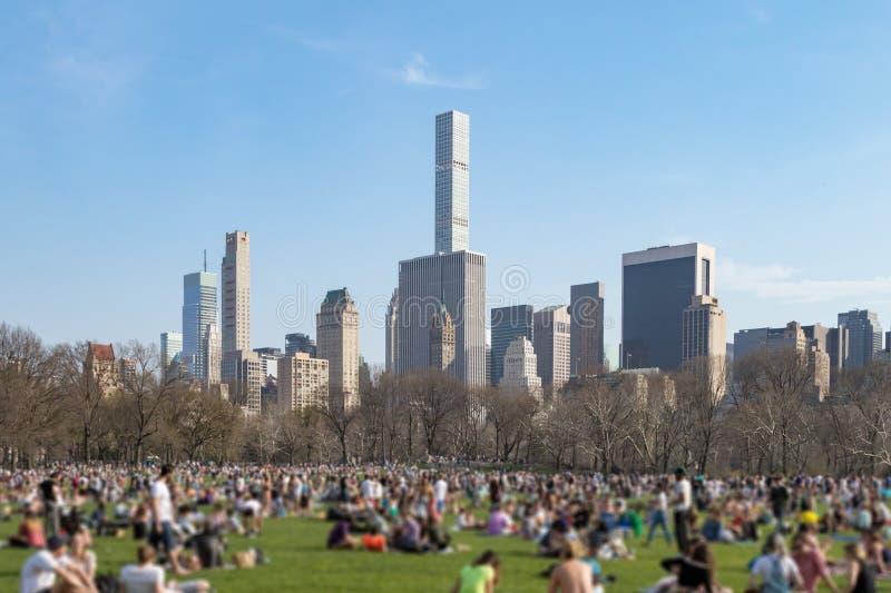 Folkmassa av folk i Central Park New York City arkivbilder