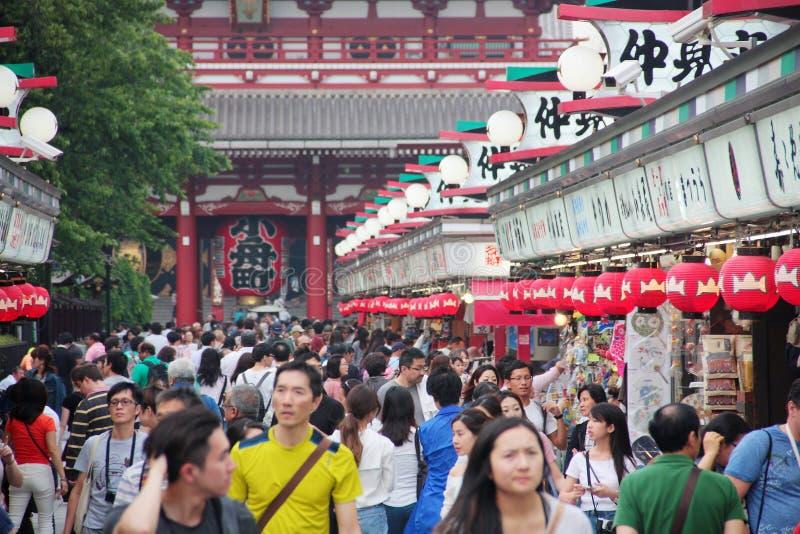 Folkmassa av folk i den Nakamise Dori gatan för att shoppa och att besöka närliggande tempel, Tokyo, Asakusa, Japan arkivfoton