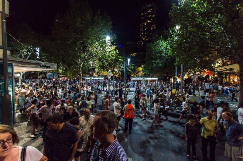 Folkmassa av folk i Melbourne under den vita natten royaltyfri bild