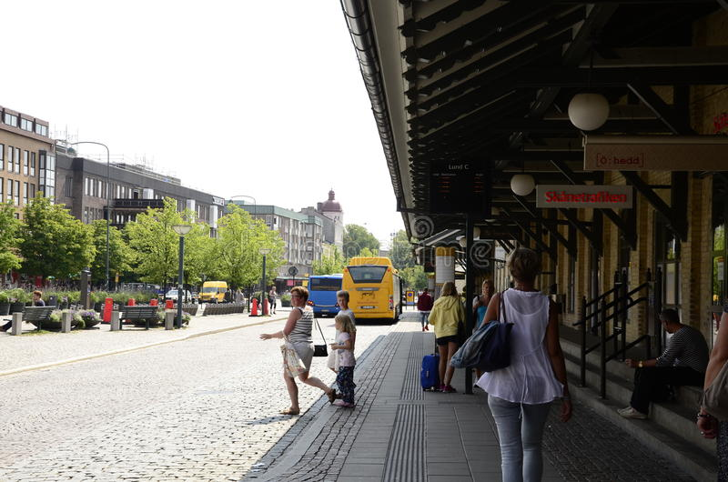 Folkmassa av folk på en hållplats royaltyfria bilder