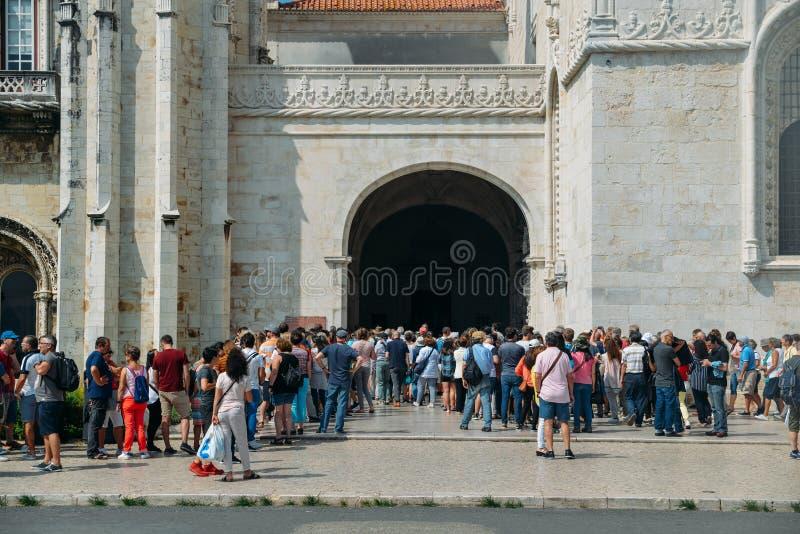 Folkmassa av folk på ingången av Hieronymites kloster- eller Mosteiro DOS Jeronimos Kloster är en av den huvudsakliga staden royaltyfria foton