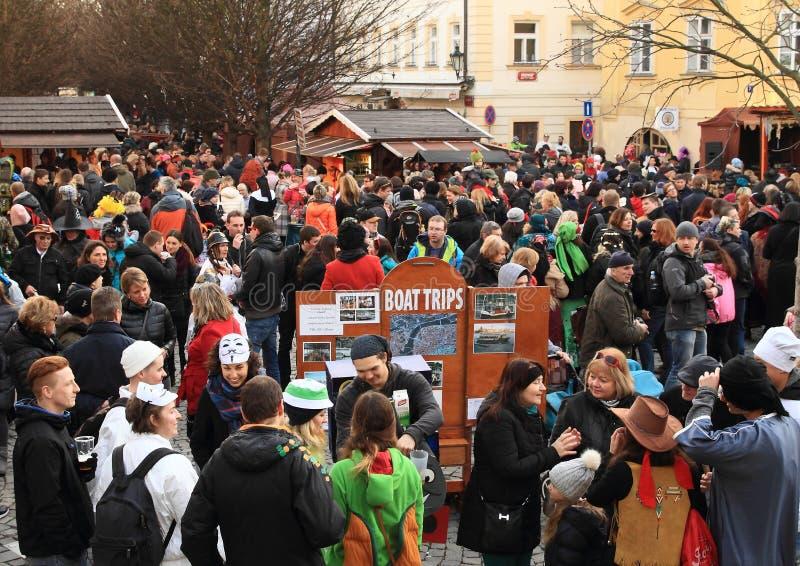 Folkmassa av folk på karneval fotografering för bildbyråer
