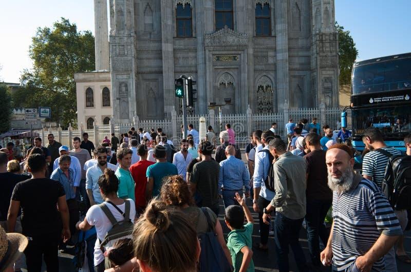 Folkmassa av folk på vägen på gångare nära moské arkivbilder