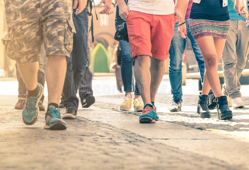 Folkmassa av folk som går på gatan - detalj av ben och skor arkivfoto