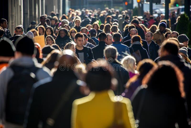 Folkmassa av folk som går på stadsgatan arkivbilder