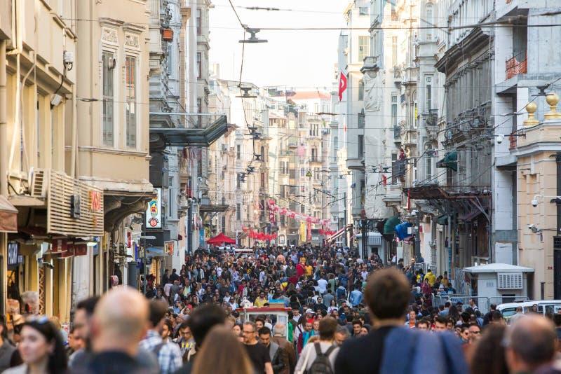 Folkmassa av folk som promenerar den fot- gatan i centret arkivbild