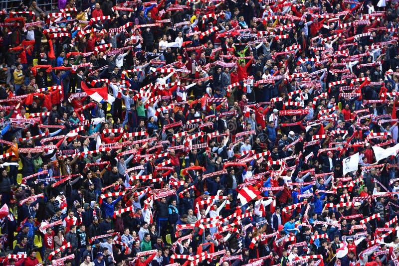 Folkmassa av fotbollfans av Dinamo Bucharest arkivbild