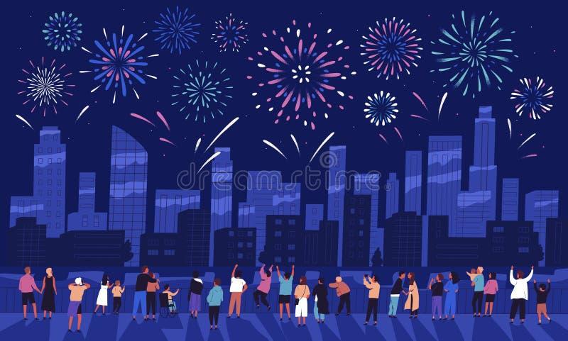 Folkmassa av hållande ögonen på fyrverkerier för folk som visar i mörk aftonhimmel och firar ferie mot stadsbyggnader royaltyfri illustrationer