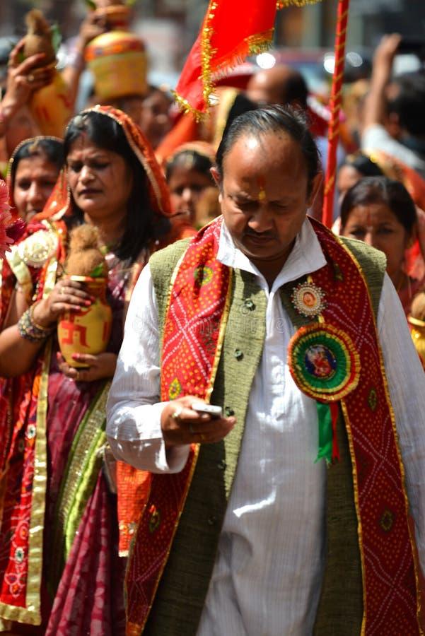 Folkmassa av hinduiskt folk som firar den Dasain festivalen arkivfoton