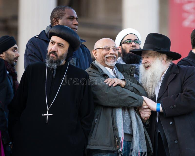 Folkmassa av mångfald - ortodox präst, rabbin som är sikh- fotografering för bildbyråer