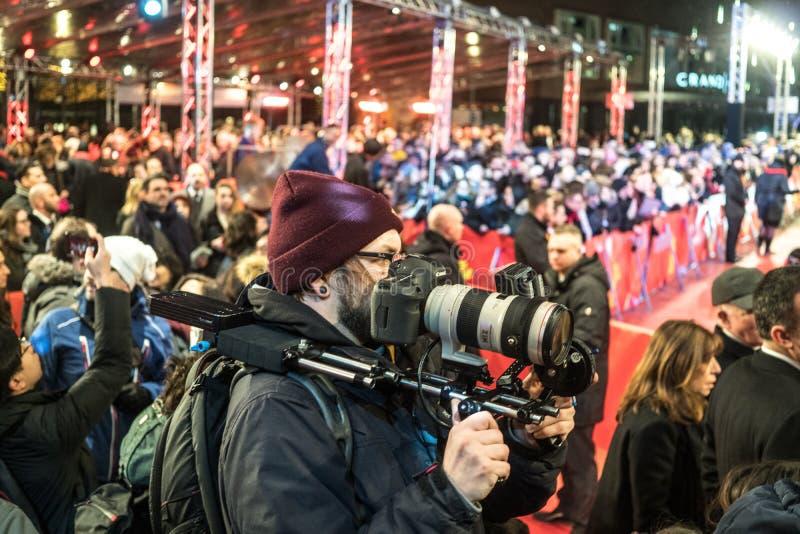 Folkmassa av paparazzi som väntar på kändisar på Berlinale arkivfoto
