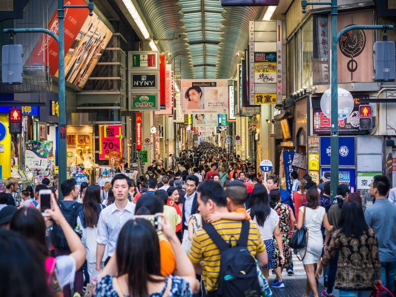 Folkmassa av shoppare i Osaka Japan