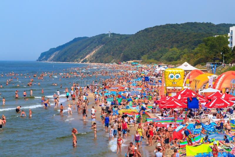 Folkmassa av sunbathers vid havet - Polen-baltiskt hav royaltyfri bild
