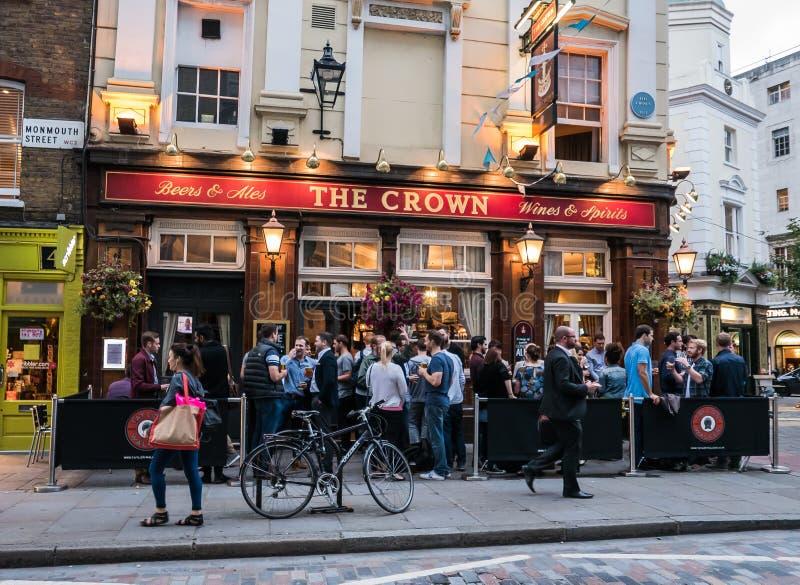 Folkmassa av supare utanför kronabaren i London royaltyfri bild