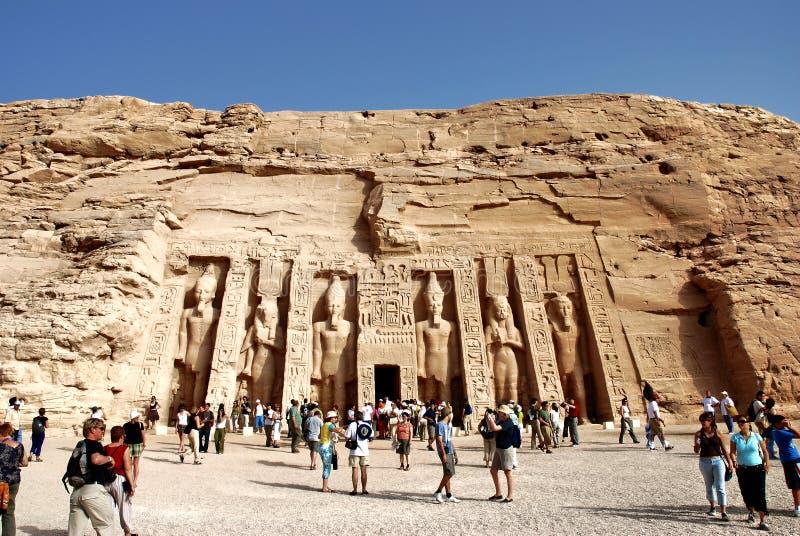 Folkmassa av turister på den Nefertari templet i Abu Simbel, Egypten