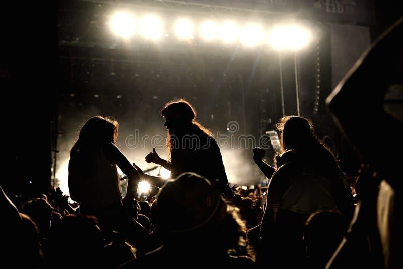Folkmassa i ett parti på FIB festivalen arkivfoto