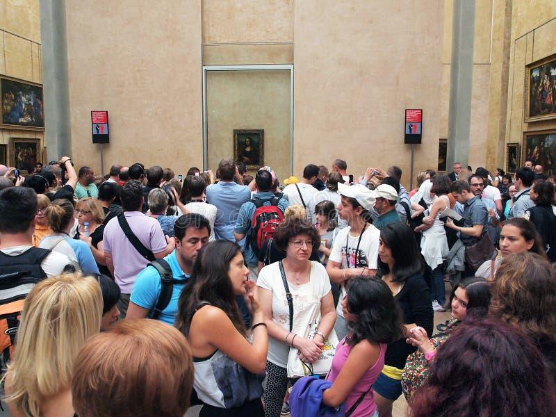 Folkmassa i Mona Lisa Room, Louvremuseum, Paris, Frankrike royaltyfri foto