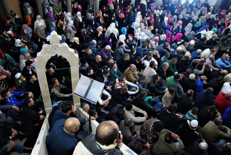 FOLKMASSA: Muselmaner i moskéquakermötet royaltyfri foto