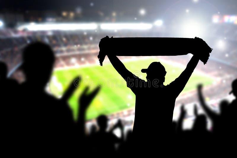 Folkmassa och fans i fotbollsarena Folk i fotbolllek royaltyfri foto