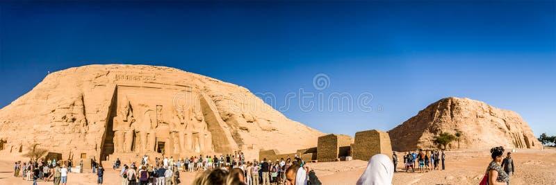 Folkmassa på Abu Simbel Temple, sjö Nasser, Egypten arkivfoto