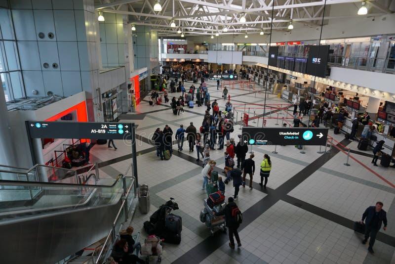 Folkmassa på flygplatsen i Budapest arkivfoton