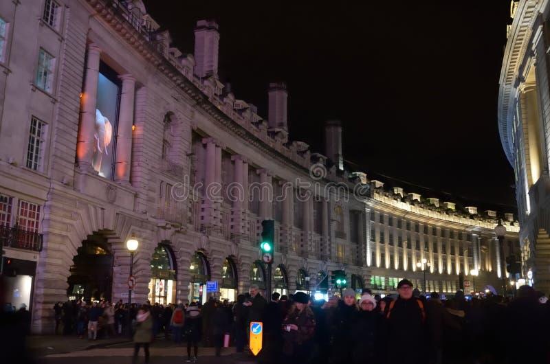 Folkmassa som beskådar den Lumiere utställningen i Regent Street arkivbild