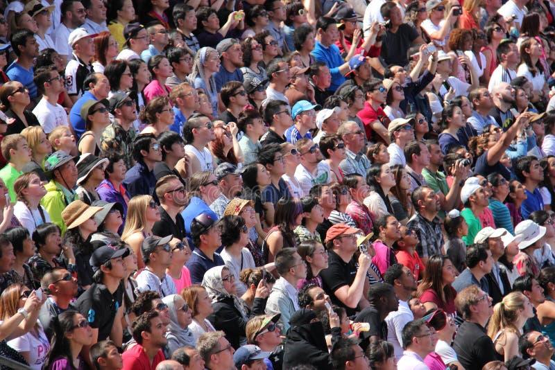 Folkmassa som håller ögonen på en show arkivfoto