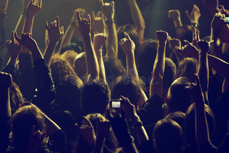 Folkmassa som vaggar på konserten royaltyfri bild