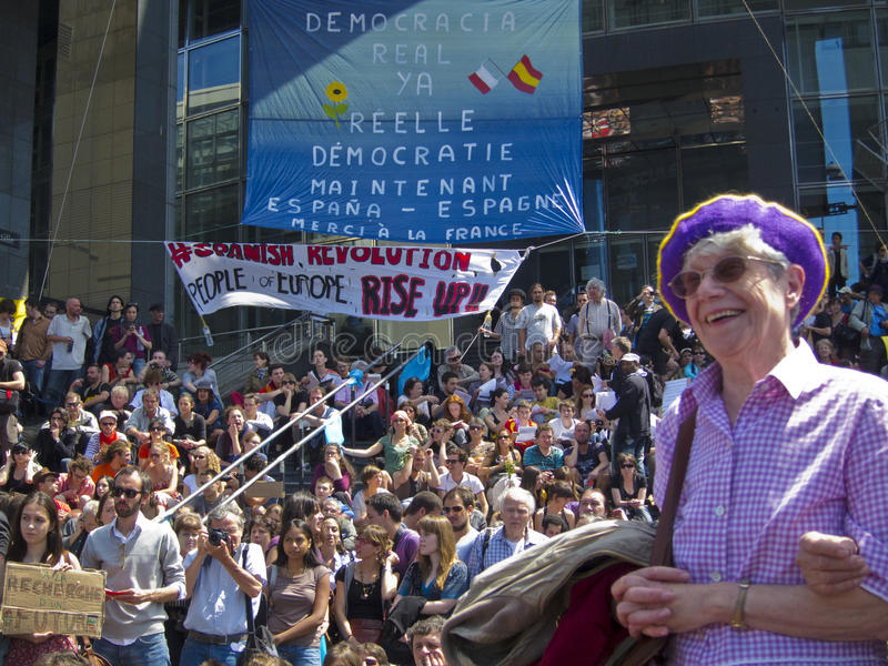 folkmassa som visar indignantsservice royaltyfri foto