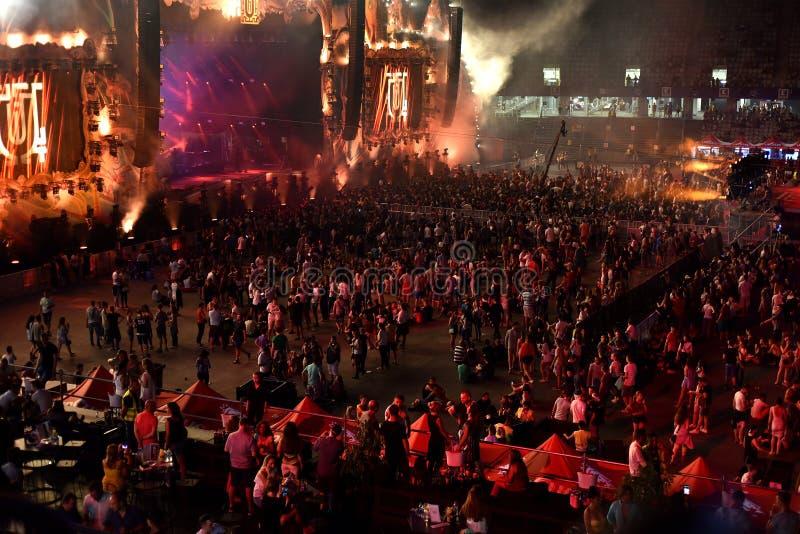 Folkmassa tusentals folk på musikfestivalen royaltyfri bild