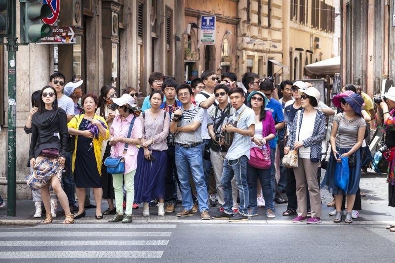 Folkmassan av asiatiskt folk stoppar på gatan arkivbilder