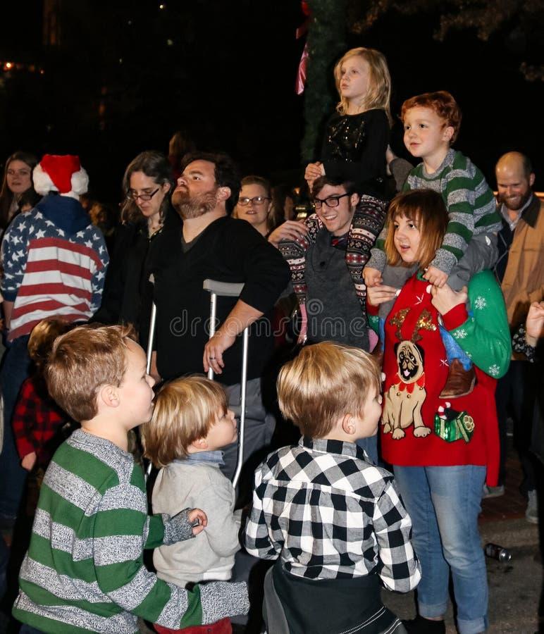 Folkmassan av föräldrar och barn och mannen på kryckor på feriebelysningceremoni på Utica kvadrerar köpcentret Tulsa Oklahoma USA royaltyfria bilder