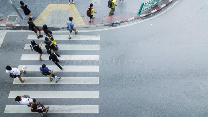 Folkmassan av folk går på fot- tvärgata för gata i staden fotografering för bildbyråer
