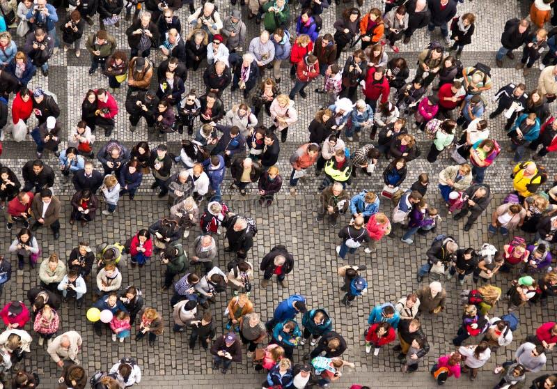 Folkmassan av folk på fyrkanten i mitten av Praque Peopl royaltyfri foto