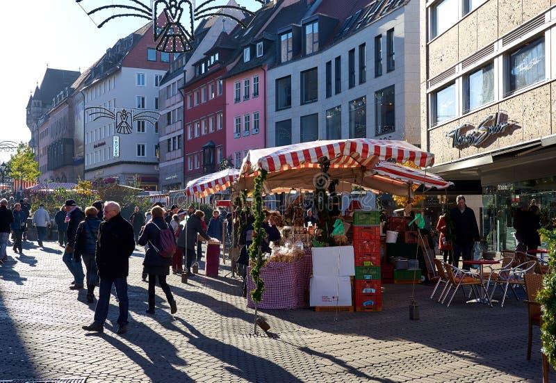 Folkmassan av folk på jul för Nuremberg ` ett s marknadsför germany arkivfoto
