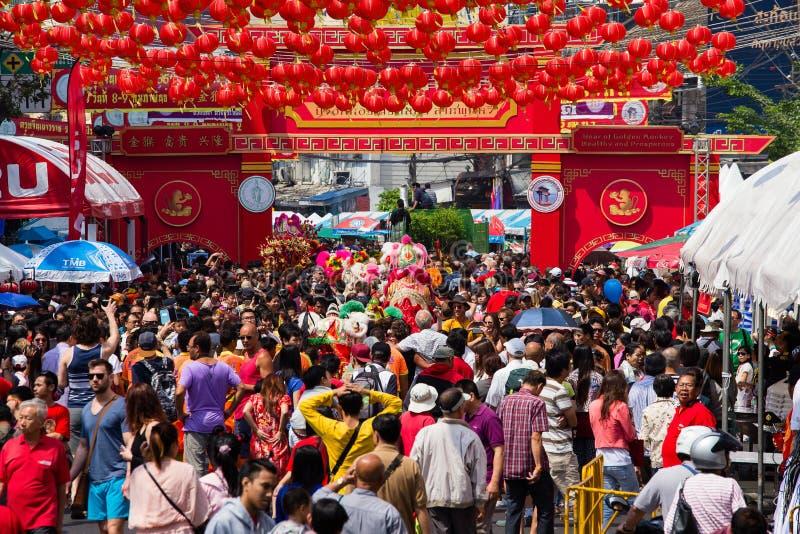 Folkmassan av folk strövar omkring gatan under beröm av det kinesiska nya året och valentin dag Kineskvarter i Bangkok, royaltyfri foto
