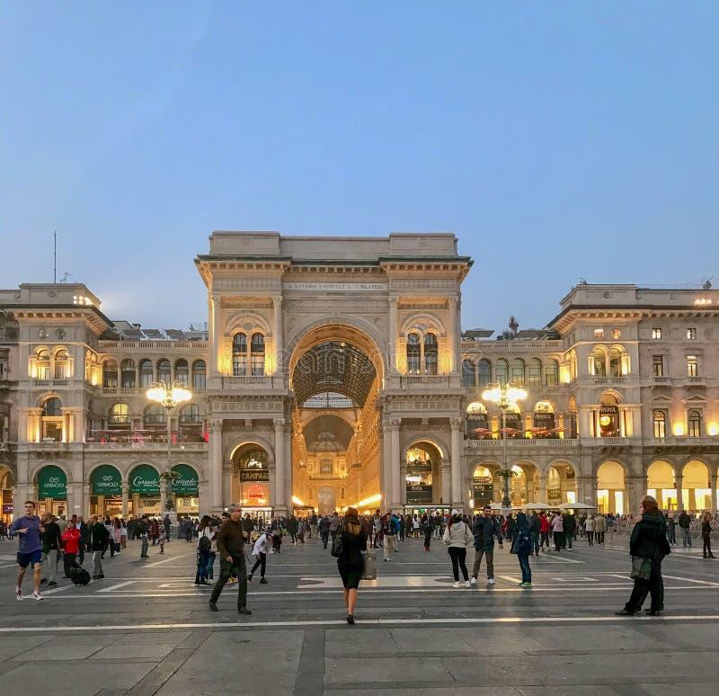 Folkmassan går på piazza del Duomo på skymning, Milan, Italien arkivbild