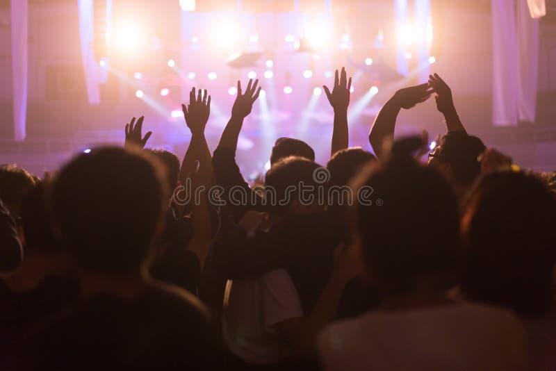 Folkmassan på konserten och suddiga etappljus, oväsen tillfogade senare in arkivfoto