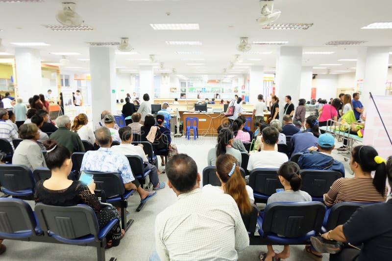 Folkmassan väntar i det asiatiska sjukhuset arkivfoton