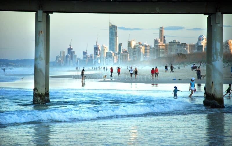 Folkmassaturister & familjer som tycker om bedöva stränder av Gold Coast, Australien royaltyfri foto