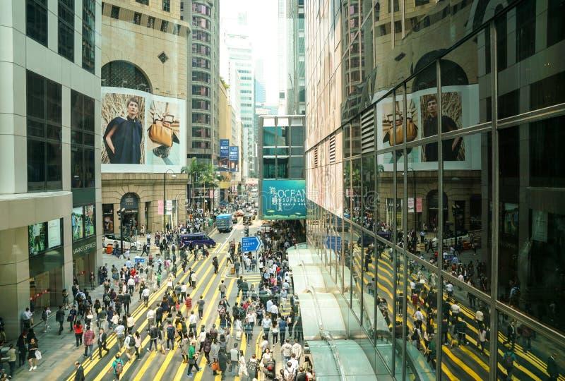 Folkmassor av den upptagna övergångsstället för folk i det centrala området, Hong Kong arkivbild