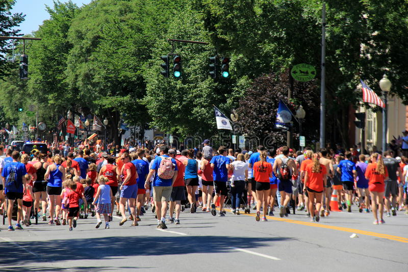 Folkmassor av folk på den startande linjen av 5k springer, det Juli 4th loppet, i stadens centrum Saratoga, New York, 2016 royaltyfria foton