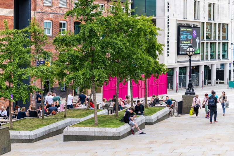 Folkmassor av folkflocken till Leeds p? helgen som tycker om ett ?l i solskenet i staden royaltyfri foto