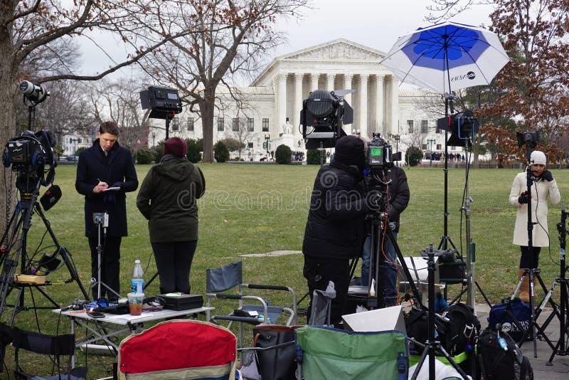Folkmassor av sörjanden och massmedia framme av högsta domstolenbyggnaden var sen rättvisa Antonin Scalia lägger i ro royaltyfria foton