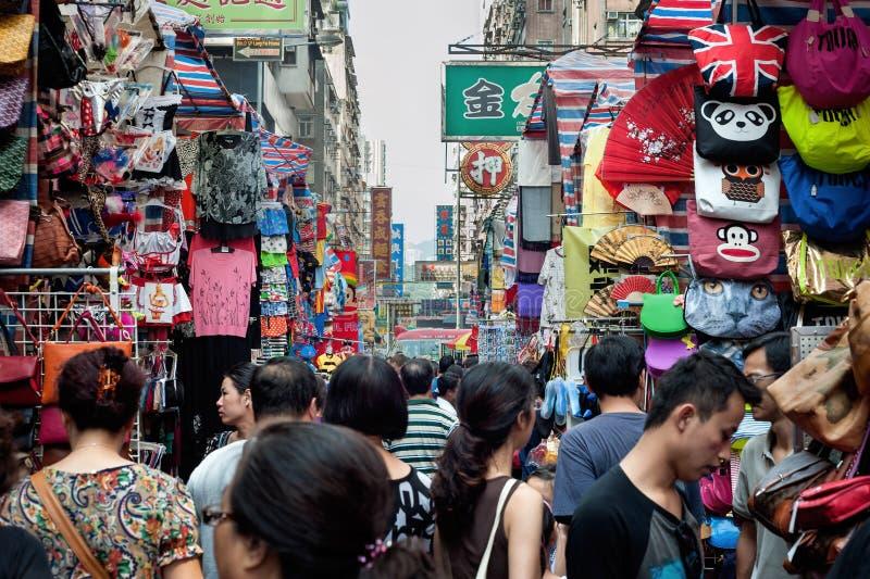 Folkmassor av shoppare på damerna marknadsför i det Mong Kok området av Kowloon, Hong Kong arkivfoto