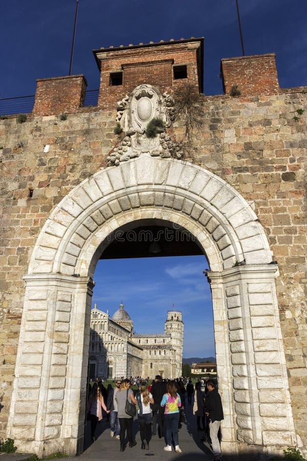 Folkmassor av turister nära lutande torn av Pisa i Italien royaltyfria foton