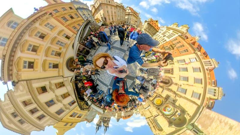 Folkmassor av turister på den astronomiska klockan av den Prague Tjeckien royaltyfria foton